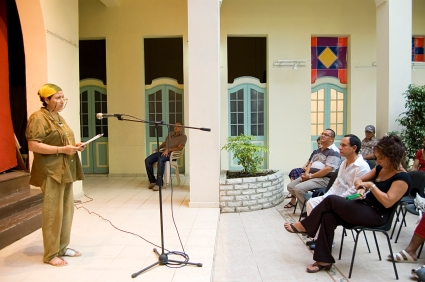 Janet Ortíz durante la presentación de una exposición personal del artista de la plástica Bonachea