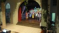 Los jóvenes del taller de danza en plena actuación