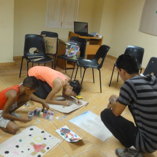 Niños y jovenes del taller de artes plásticas en pleno proceso creativo