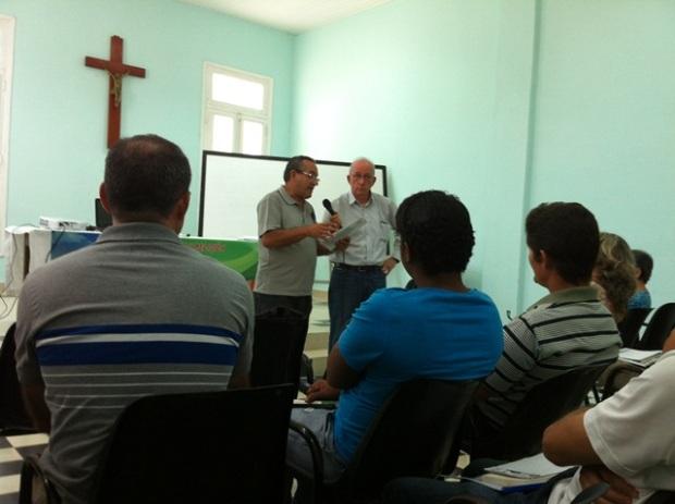 El hermano Manuel Pliego presenta al P. José María Vigil