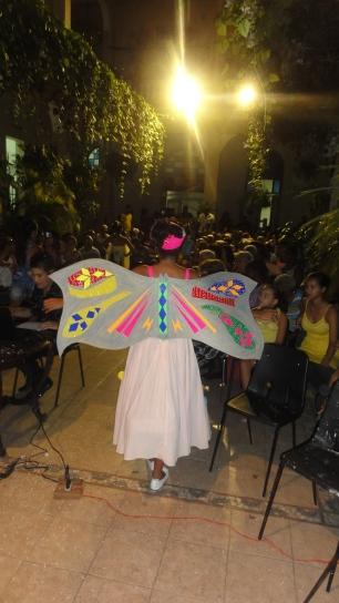Una mariposa que salió de las manos de los niños