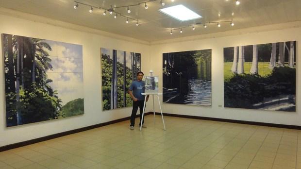 El joven artista Rodolfo Valdés junto a algunas de las obras que conforman la exposición