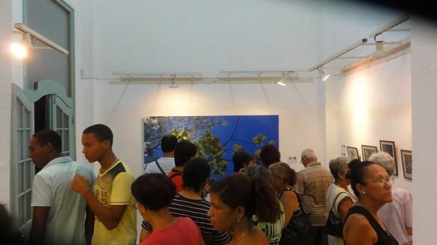 El público asistente a la inauguración frente las extraordinarias obras de Valdés Montes de Oca