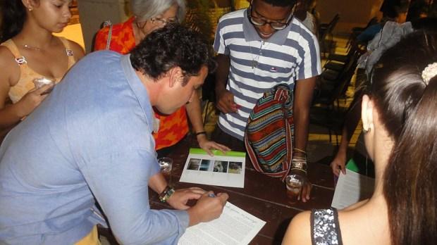 El artista fue muy solicitado para firmar los catálogos de la expo