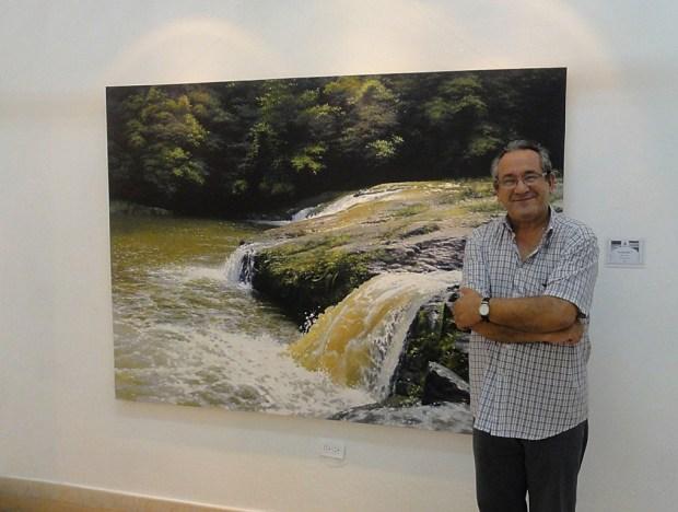 El Hno Manolo Pliego frente a una de las obras de Rodolfo Valdés