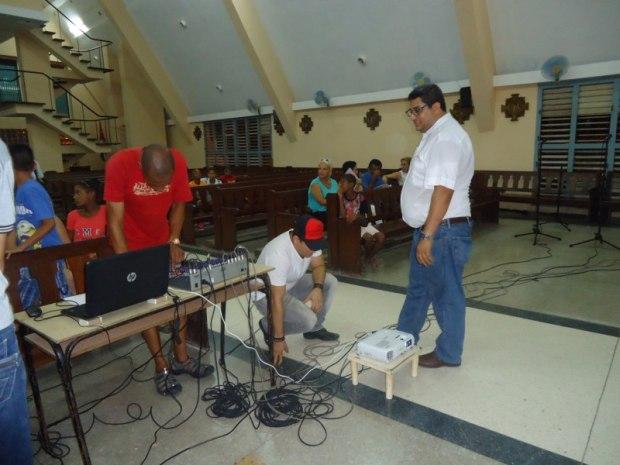 El padre Álvaro supervisa los preparativos