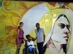 En el malecón, un bello mural detrás