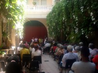Vista del público en el patio del Centro Cultural