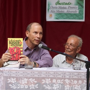 Alex Muñoz es coautor del Diccionario Básico Escolar. Foto: Joaquín Sellén