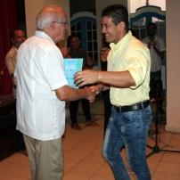 Carlos Javier Álvarez recoge de manos del p. Catasús el segundo premio del XX SAR