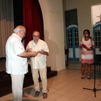 El p. Miguel Fernández entrega reconocimiento a Antonio Fernández Seoane
