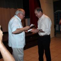 El p. Miguel Fernández entrega reconocimiento a Luis El estudiante